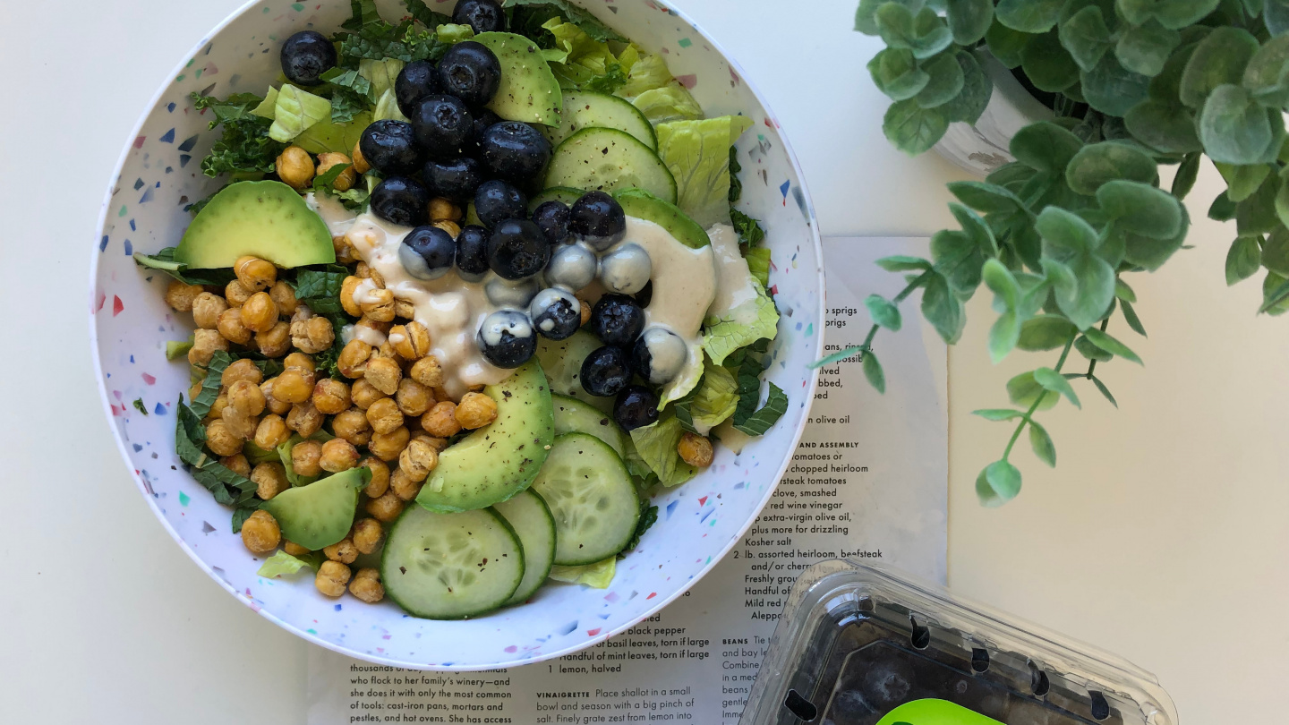 Healthy salad recipe with chickpeas and blueberries
