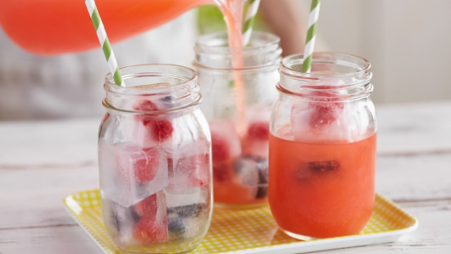 Fresh lemonade recipe with berries